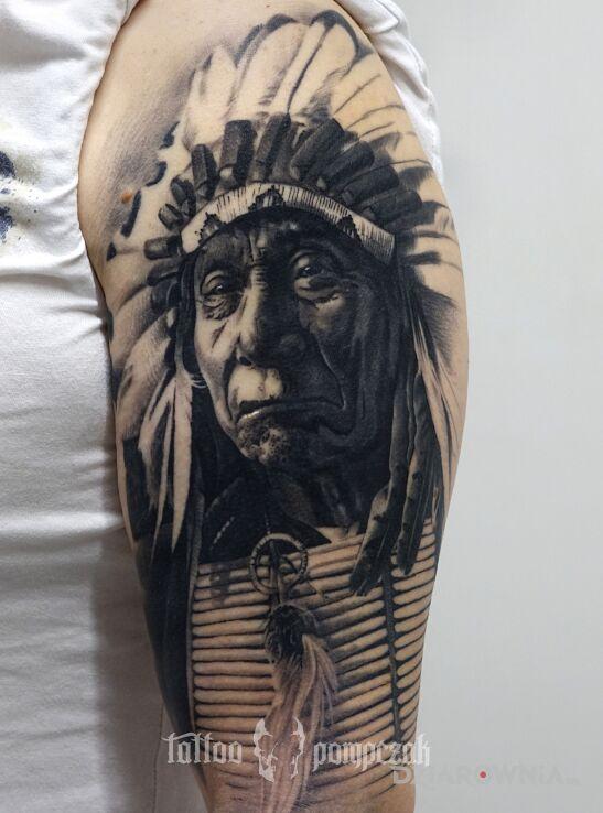 Tatuaż indianin w motywie indiańskie i stylu realistyczne na barku