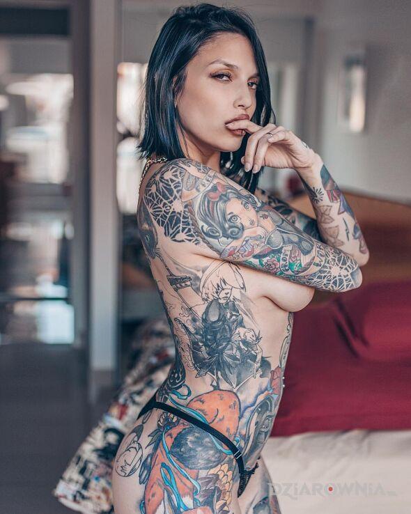 Tatuaż krolewna sniezka na raczce w motywie czarno-szare i stylu graficzne / ilustracyjne na biodrze