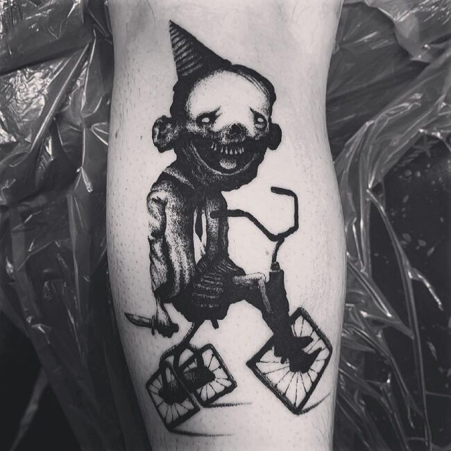 tatuaż horror na łydce