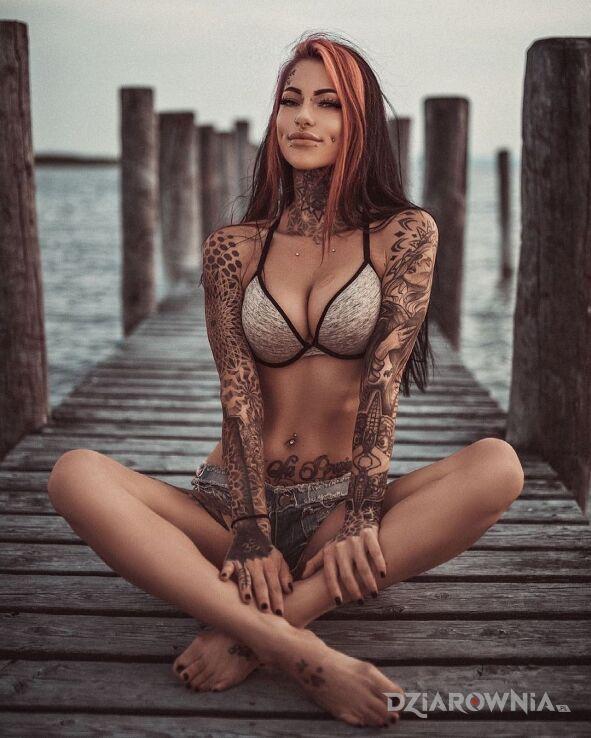 Tatuaż poszedłem z małą na molo w motywie seksowne i stylu graficzne / ilustracyjne na gardle