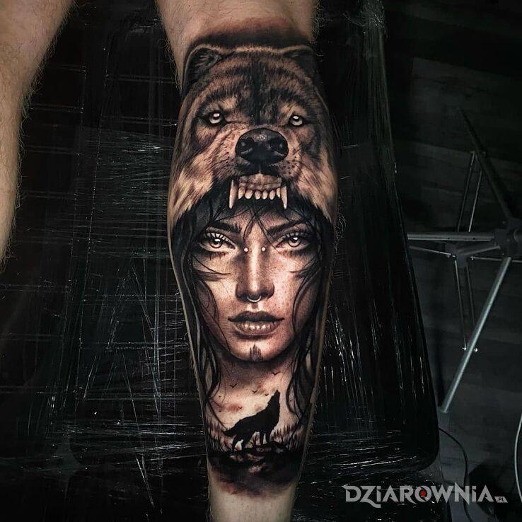 Tatuaż matka wilków w motywie czarno-szare i stylu realistyczne na łydce