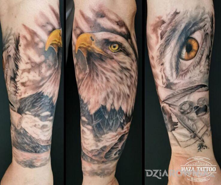 Tatuaż orzeł czy reszka w motywie kolorowe i stylu realistyczne na przedramieniu