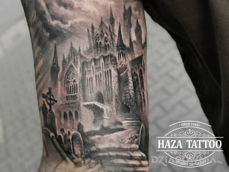 Tatuaż zamczysko w motywie demony i stylu graficzne / ilustracyjne na bicepsie