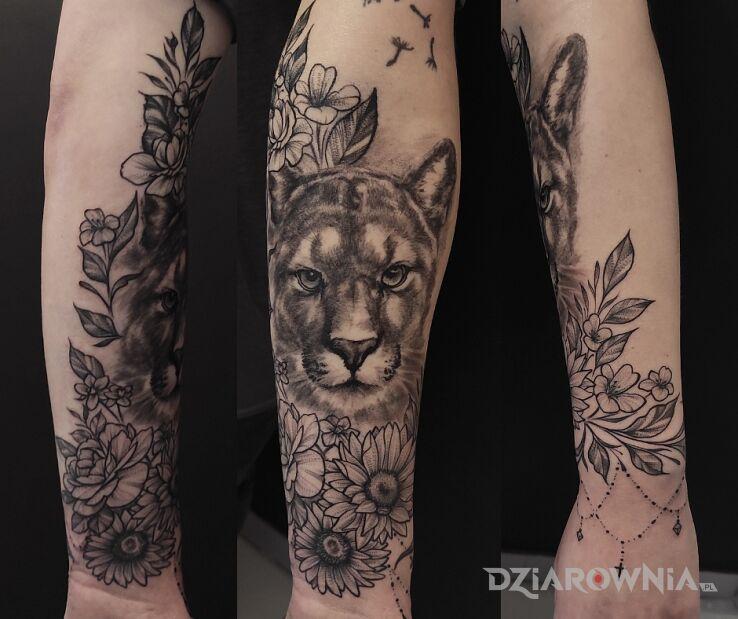 Tatuaż puma floral full w motywie florystyczne i stylu graficzne / ilustracyjne na przedramieniu