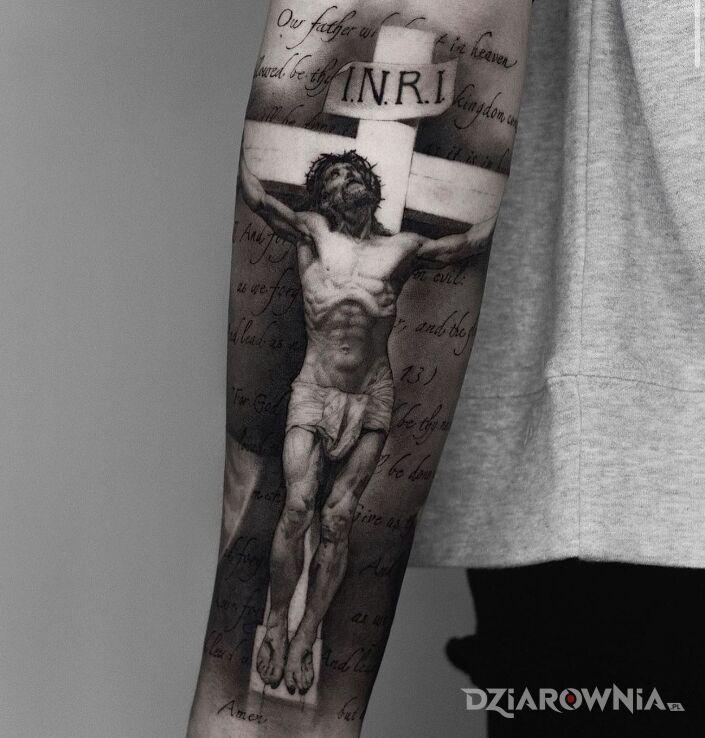 Tatuaż ukrzyżowany jezus w motywie napisy i stylu realistyczne na przedramieniu