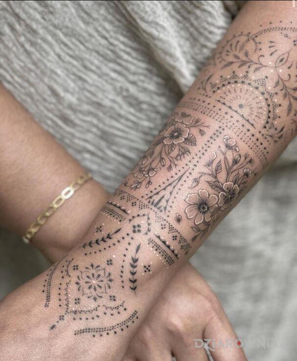 Tatuaż elegancka raczka w motywie ornamenty i stylu graficzne / ilustracyjne na nadgarstku