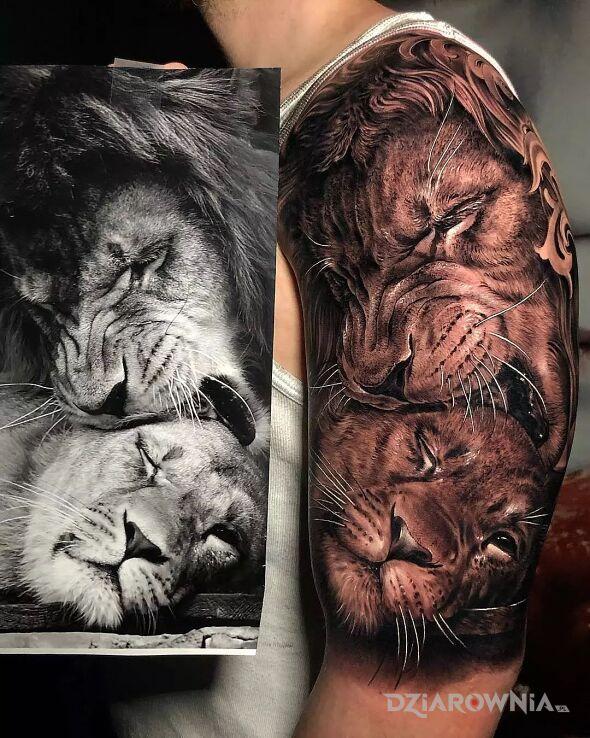 Tatuaż małżeńskie igraszki w lwim świecie w motywie czarno-szare i stylu realistyczne na ramieniu