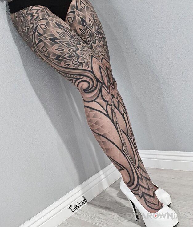 Tatuaż piękne nóżki w motywie nogawki na kolanie