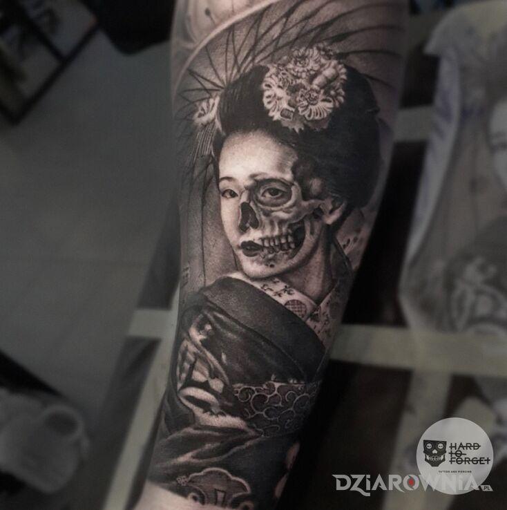 Tatuaż gejsza w motywie czaszki i stylu realistyczne na przedramieniu