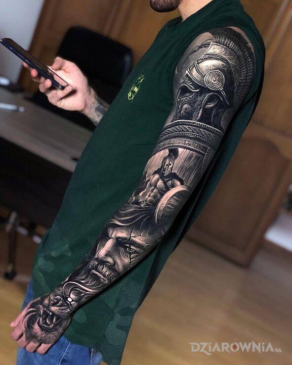 Tatuaż spartański wojownik w motywie twarze i stylu realistyczne na ramieniu