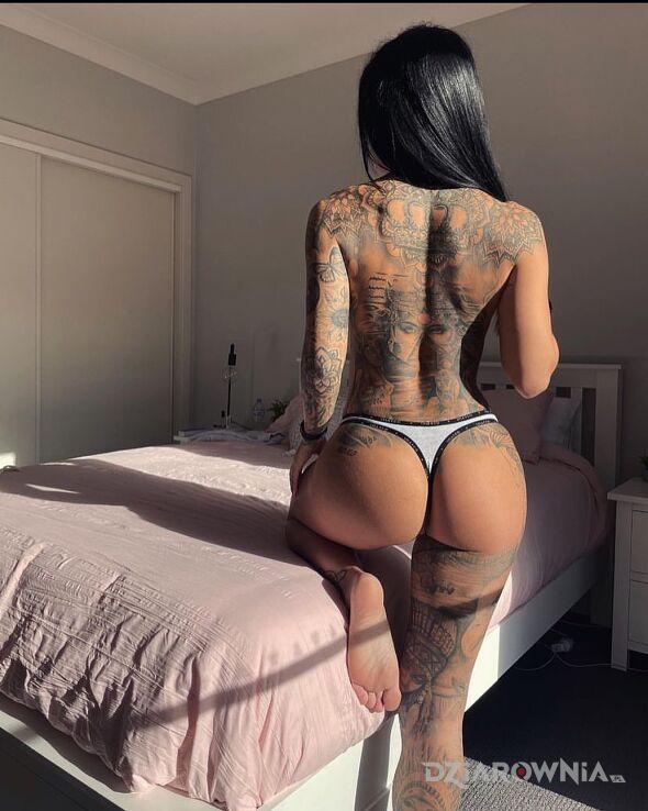 Tatuaż dobra fota od tyłu w motywie czarno-szare i stylu graficzne / ilustracyjne na łopatkach