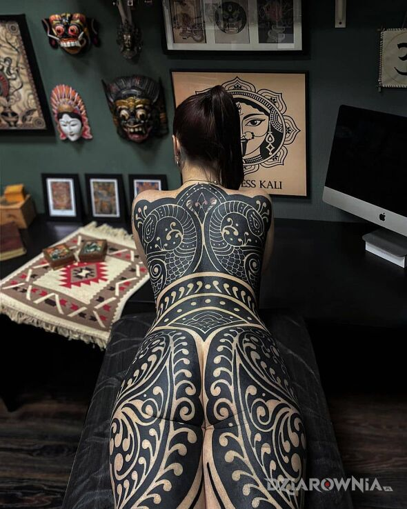 Tatuaż tribal mood w motywie czarno-szare i stylu blackwork / blackout na plecach