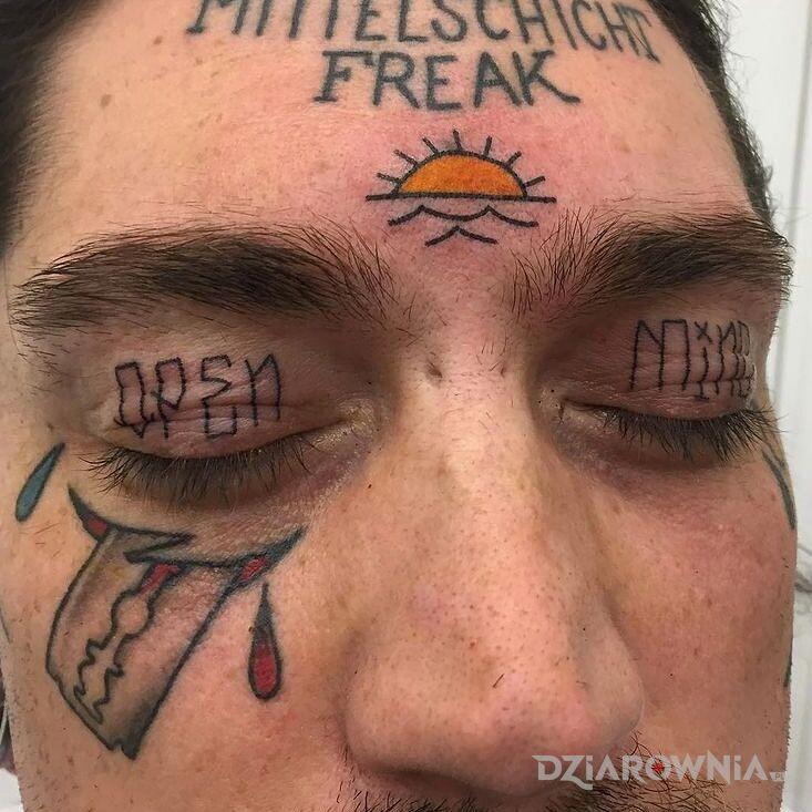 Tatuaż otwarta glowa w motywie napisy na powiekach
