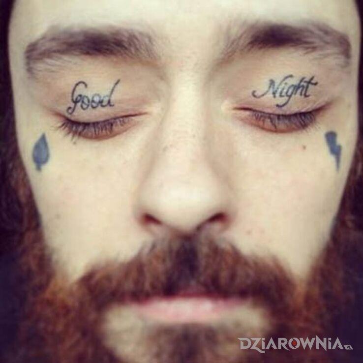 Tatuaż good night w motywie napisy na powiekach