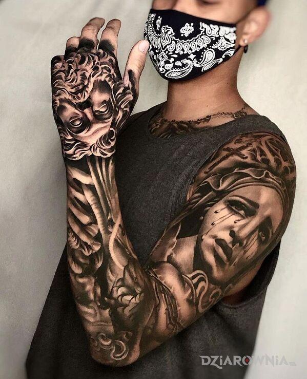 Tatuaż płacząca maryja w motywie rękawy i stylu realistyczne na dłoni