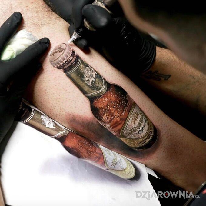 Tatuaż zimny browarek w motywie przedmioty i stylu realistyczne na nodze