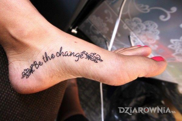 Tatuaż be the change w motywie napisy na stopie