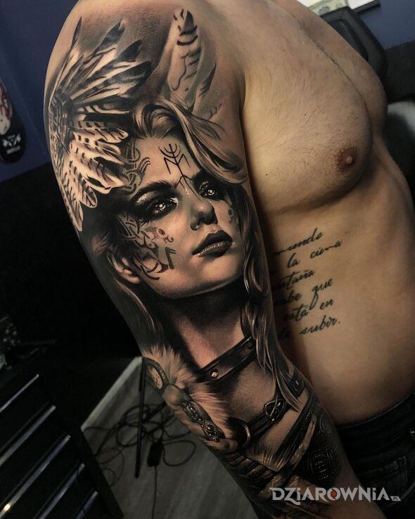 Tatuaż walkiria ze skrzydlami na glowie w motywie 3D i stylu realistyczne na ręce