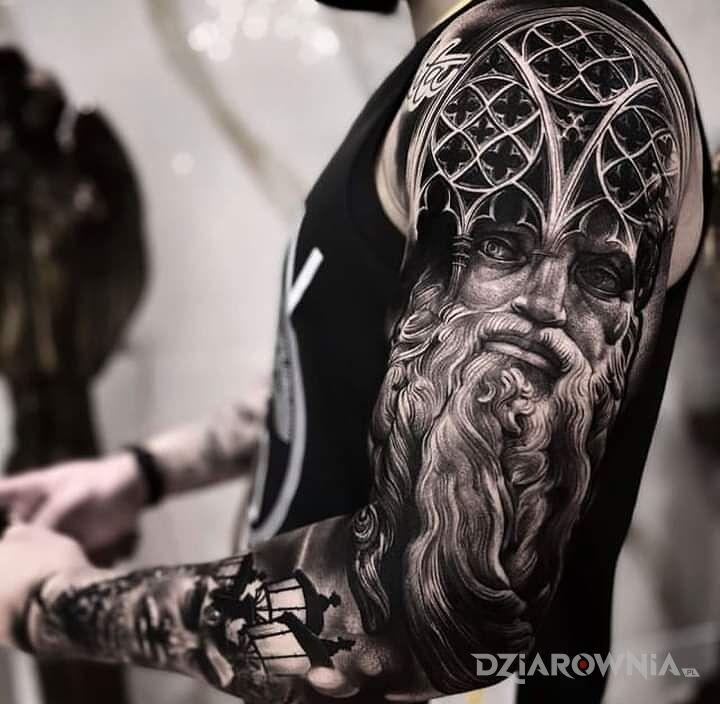 Tatuaż dziad z witrazami w motywie witraże i stylu realistyczne na ramieniu