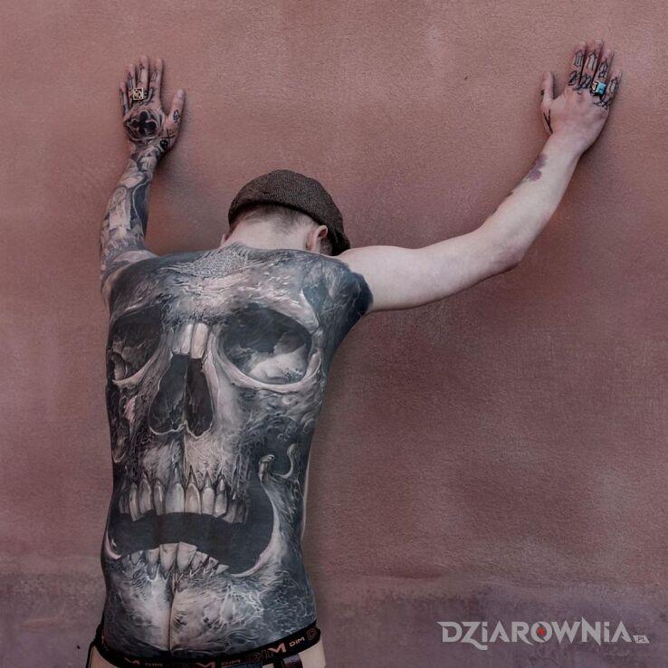 Tatuaż big czacha w motywie czarno-szare i stylu realistyczne na łopatkach