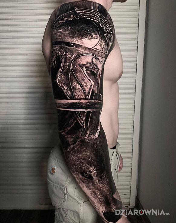 Tatuaż wojak na wilku w motywie czarno-szare i stylu realistyczne na przedramieniu