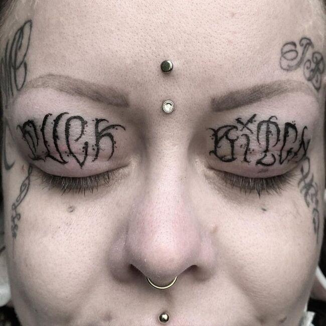 tatuaż napis na powiekach