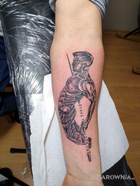 Tatuaż street workout w motywie czarno-szare na przedramieniu