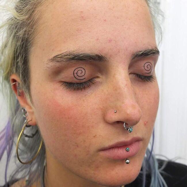 spirale wytatuowane na powiekach