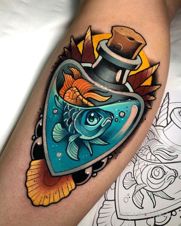 Tatuaż rybka we flakonie w motywie przedmioty i stylu newschool na nodze