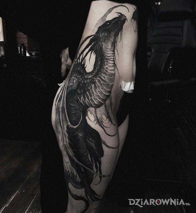 Tatuaż wielki czarny smok w motywie smoki i stylu realistyczne na żebrach