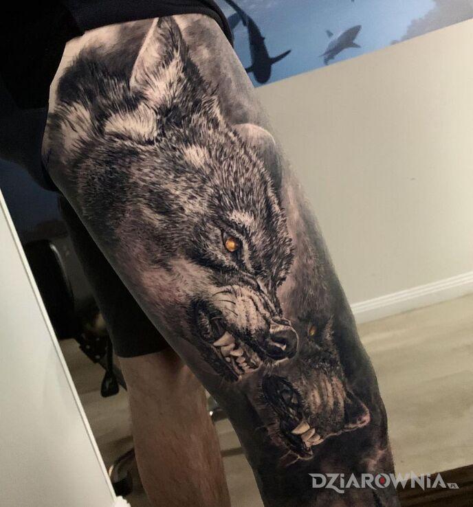 Tatuaż wilczury w natarciu w motywie mroczne i stylu realistyczne na udzie