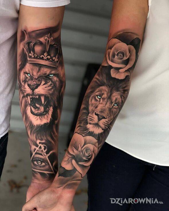 Tatuaż spokojny i rozłoszczony lew w motywie kwiaty i stylu realistyczne na ręce