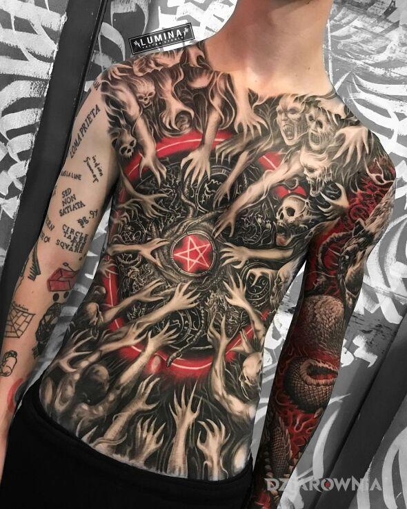 Tatuaż pentagram a dookoła pełno demonów w motywie czaszki i stylu graficzne / ilustracyjne na obojczyku