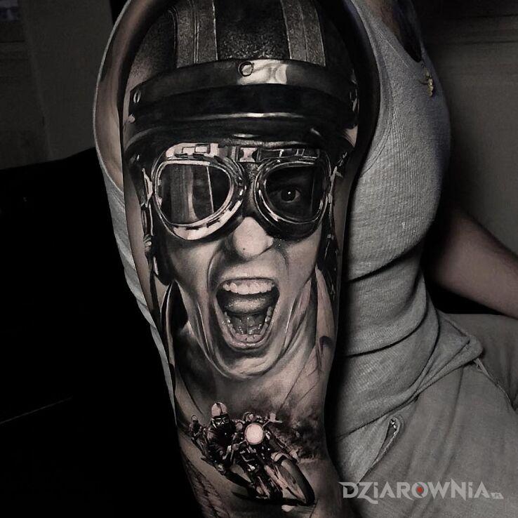 Tatuaż szaleństwo na motorze w motywie czarno-szare i stylu realistyczne na ramieniu