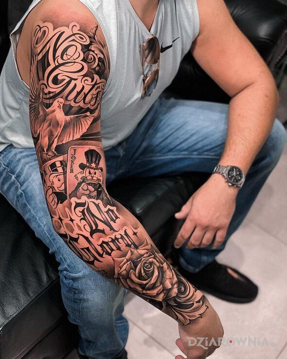 Tatuaż no guts no glory w motywie napisy i stylu kaligrafia na ramieniu