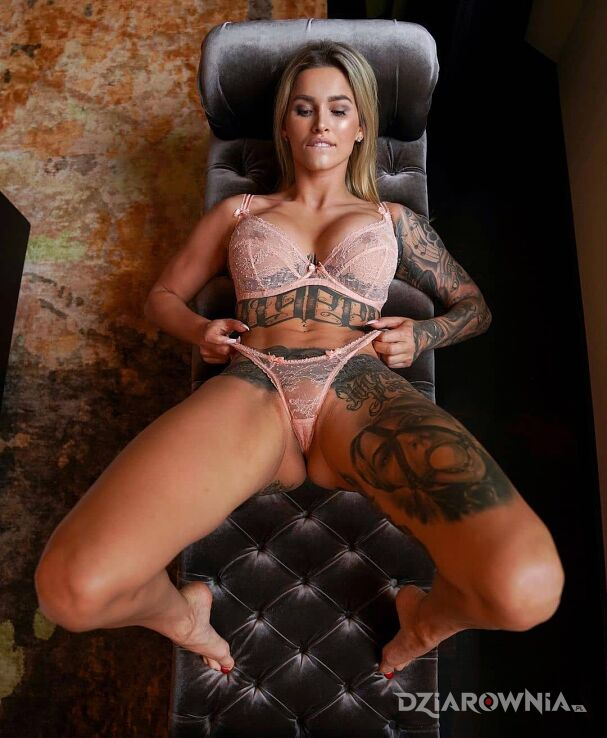 Tatuaż dobra niemka w motywie rękawy i stylu realistyczne na brzuchu