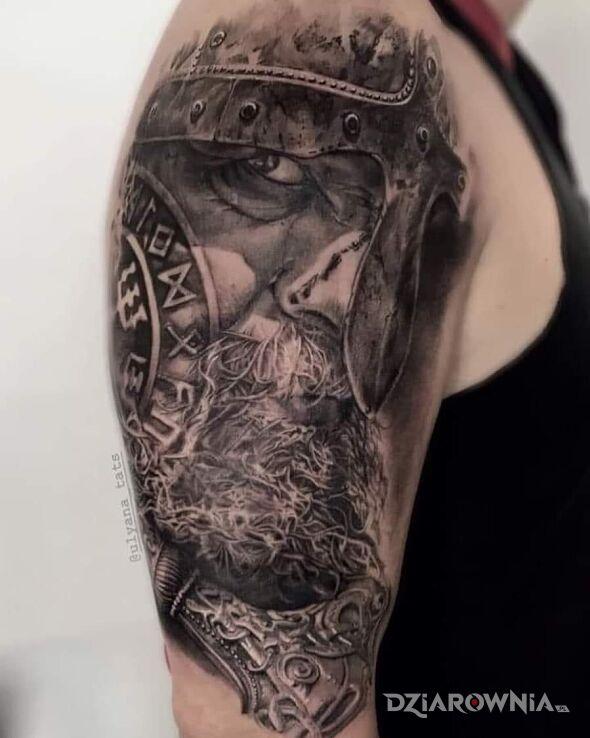 Tatuaż wiking w motywie czarno-szare i stylu realistyczne na ramieniu