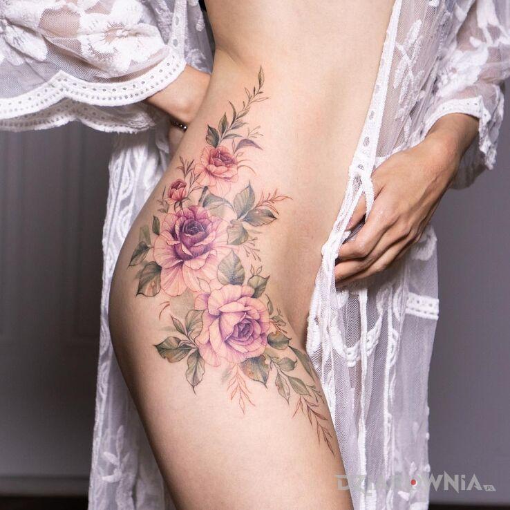 Tatuaż rozowe rozyczki w motywie kwiaty i stylu realistyczne na udzie