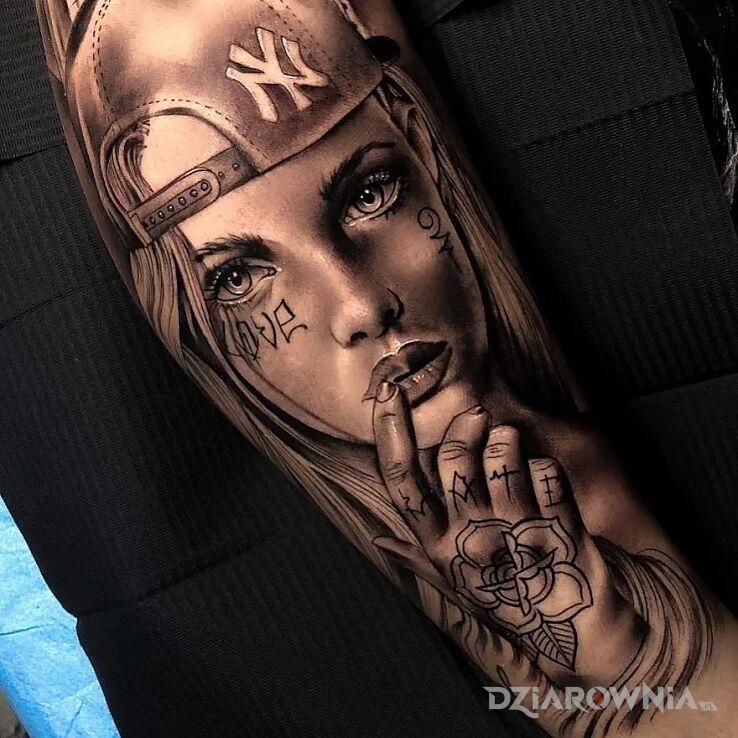 Tatuaż skate girl w motywie twarze i stylu realistyczne na przedramieniu