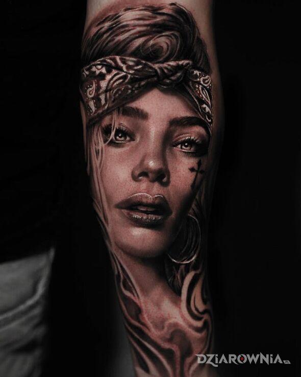 Tatuaż gangsta girl w motywie czarno-szare i stylu realistyczne na przedramieniu