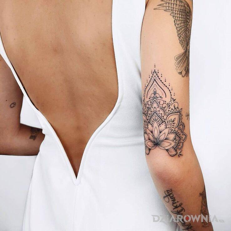 Tatuaż dobrze zaprojektowany kwiat lotosu w motywie kwiaty i stylu kontury / linework na łokciu