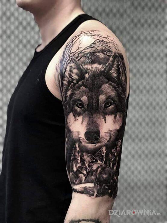 Tatuaż wilcza rodzinka w motywie zwierzęta i stylu realistyczne na ramieniu