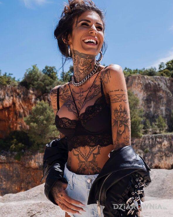 Tatuaż czysta radość w motywie ornamenty i stylu graficzne / ilustracyjne na ramieniu