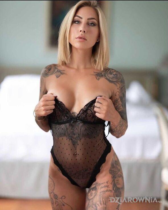 Tatuaż przeswitujace body w motywie twarze i stylu realistyczne na udzie