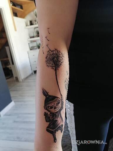 Tatuaż mała mi w motywie postacie i stylu kreskówkowe / komiksowe na przedramieniu