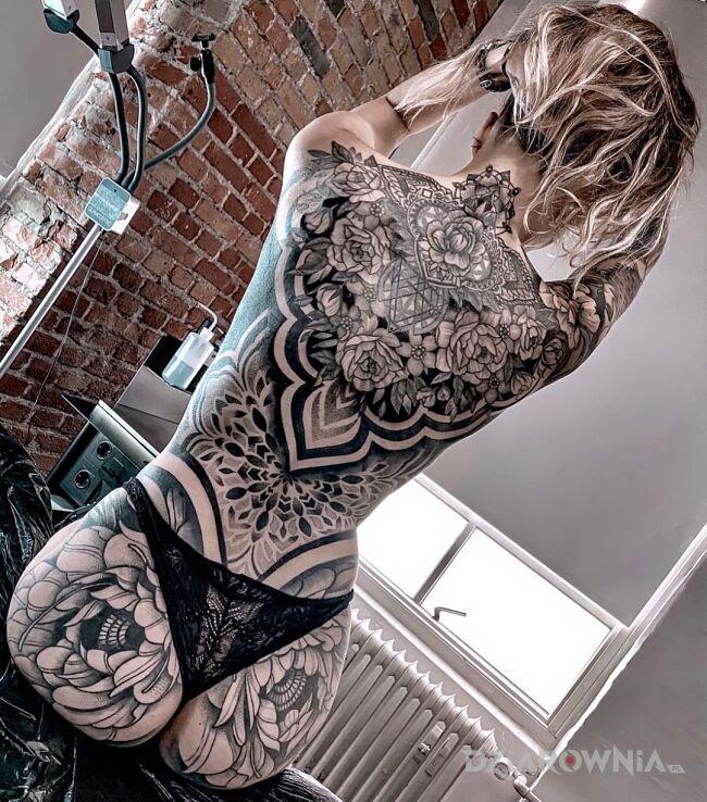 Tatuaż kwiaty i ogólny misz masz w motywie kwiaty i stylu graficzne / ilustracyjne na pośladkach
