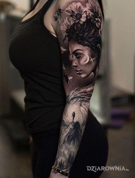Tatuaż kobieta na szczycie góry w motywie kwiaty i stylu realistyczne na ręce