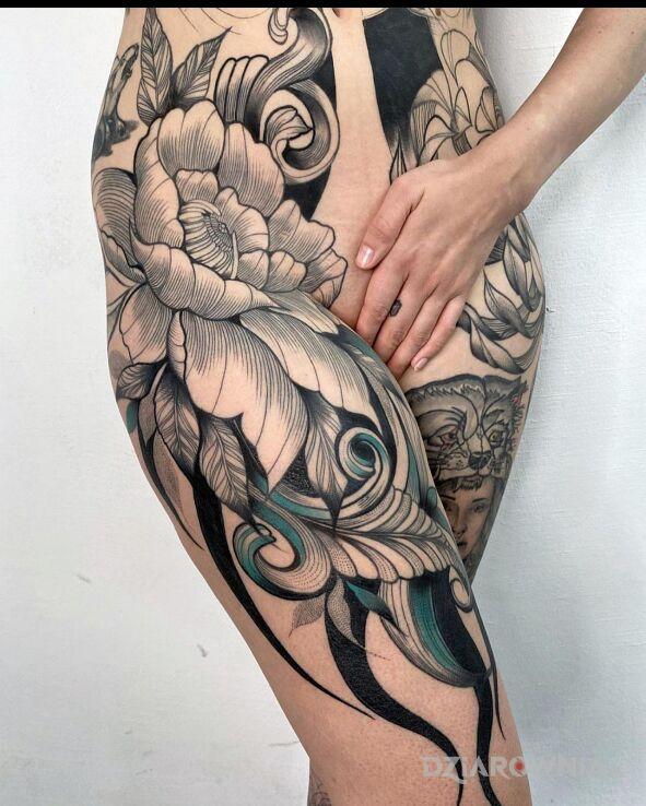 Tatuaż big flower w motywie czarno-szare i stylu graficzne / ilustracyjne na biodrze