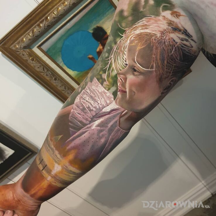 Tatuaż dziewczynka w kolorze w motywie twarze i stylu realistyczne na bicepsie