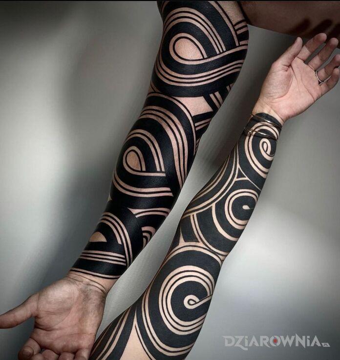 Tatuaż czarne zawijance w motywie pozostałe i stylu blackwork / blackout na ręce